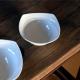 Aux formes originales et épurées, ce saladier sera du plus bel effet sur votre table pour servir le repas./Existe en deux taille
