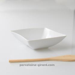 Un saladier a la forme revisitée dans une démarche ondulante pour un design tout en courbe./La collection Twist est composée de