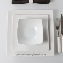 Esprit japonisant et forme contemporaine pour un repas chic et sobre./