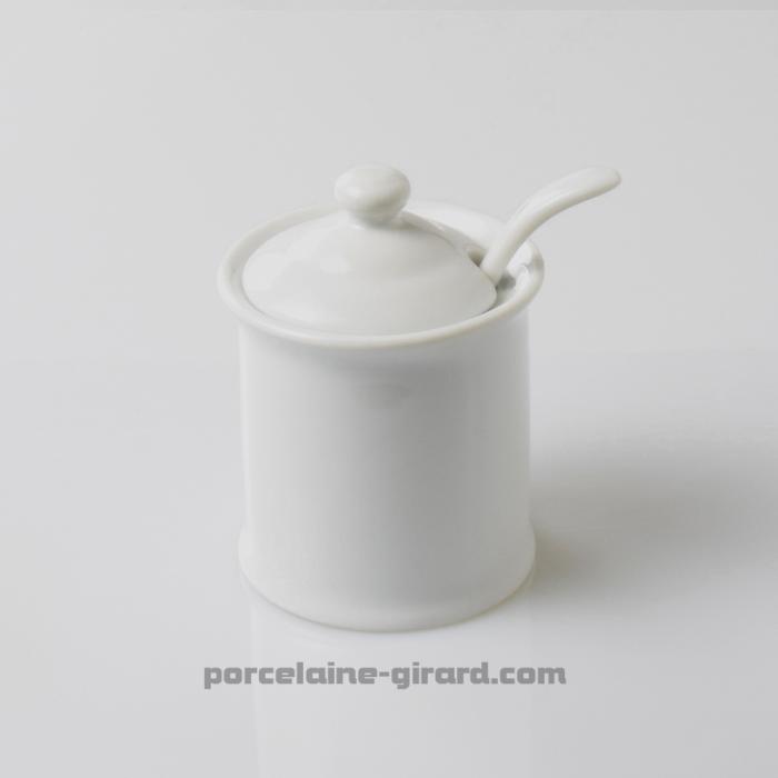 Moutardier en porcelaine blanche avec couvercle et logement pour cuillère. /Vendu avec sa cuillère.