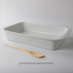 Ce plat à four rectangulaire aux formes traditionnelles, idéal pour toutes les cuissons permet de préparer des plats copieux pou