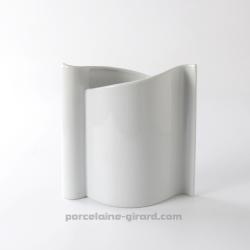 Sa forme drapé rend le vase design, il est parfait comme base pour les décoratrices.